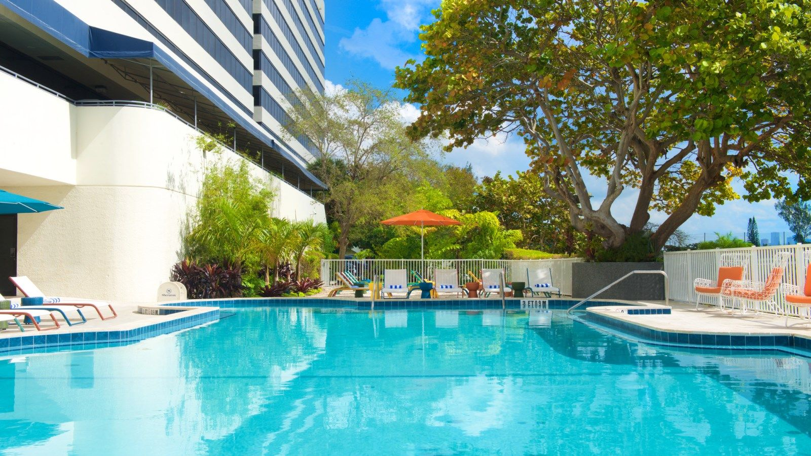 Outdoor Pool - Sheraton Miami Airport Hotel & Executive Meeting Center